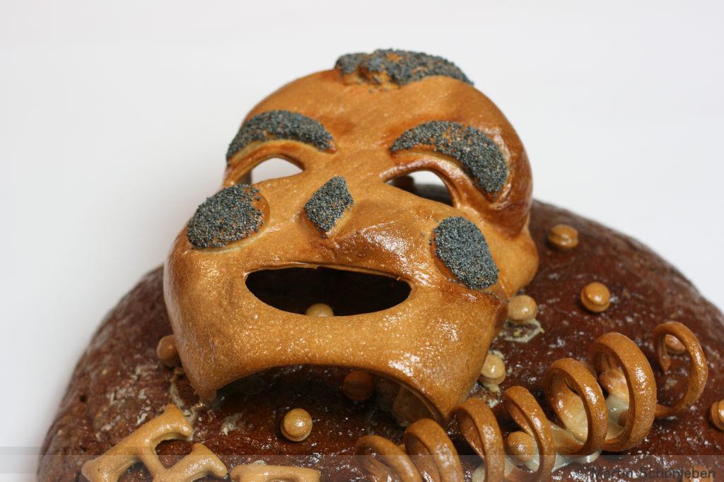 Brot mit Karnevalsmaske