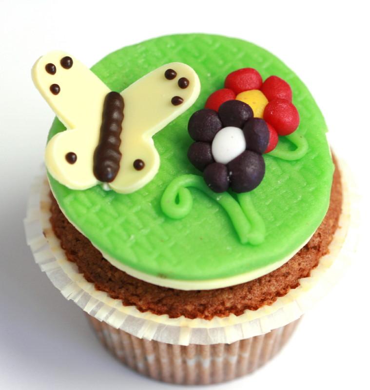 Oster-Cupcake mit Schmetterling