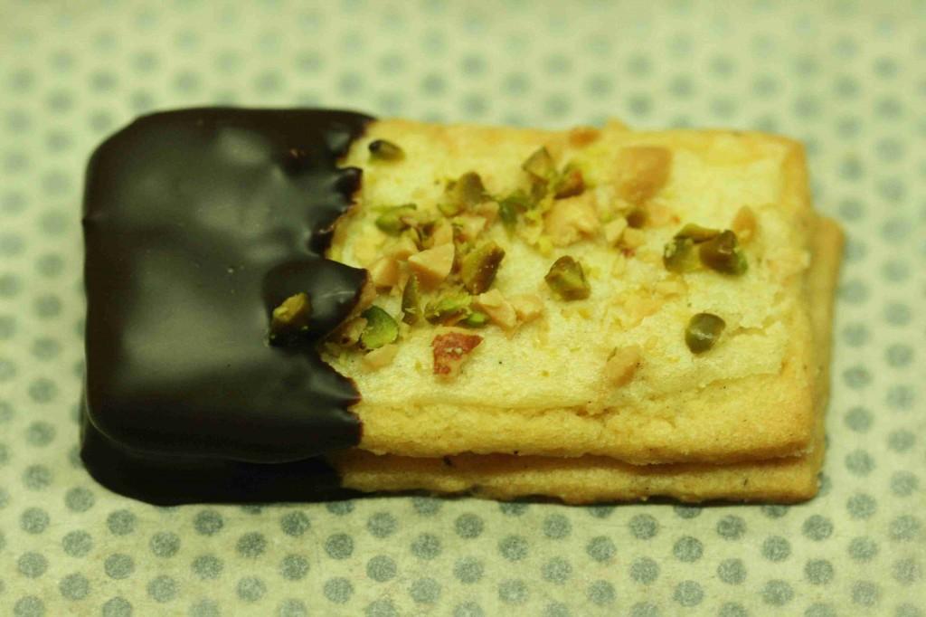 Stäbchen mit Schokolade und Erdnüssen