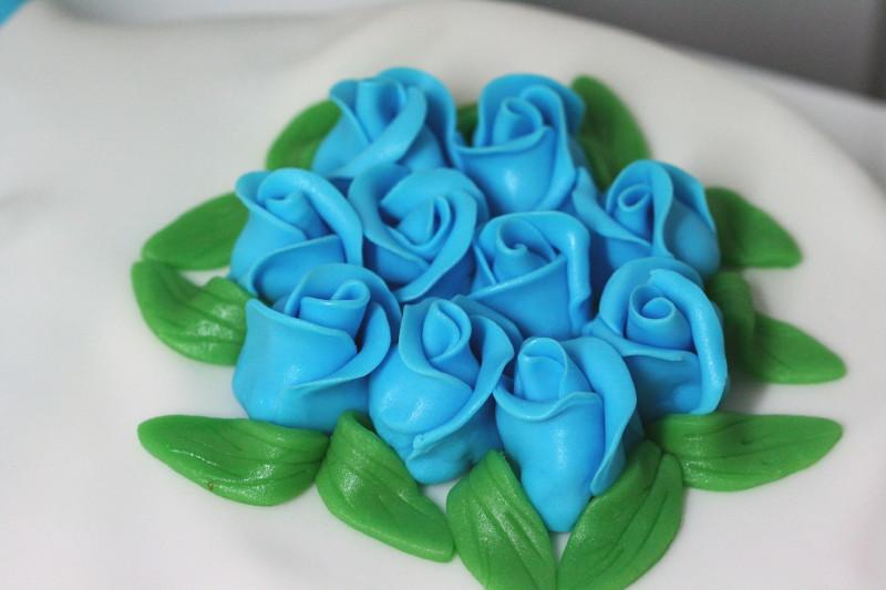 Rosen aus Rollfondant in türkis